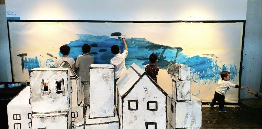 videlo per raccontare il laboratorio pittorico per intrattenere i bambini nella playground del Roma Europa Festiva. Sono stati 6 giorni pazzeschi in cui siamo riusciti a far partecipare più di 3000 partecipanti di tutte le età per un totale di 60 ore.